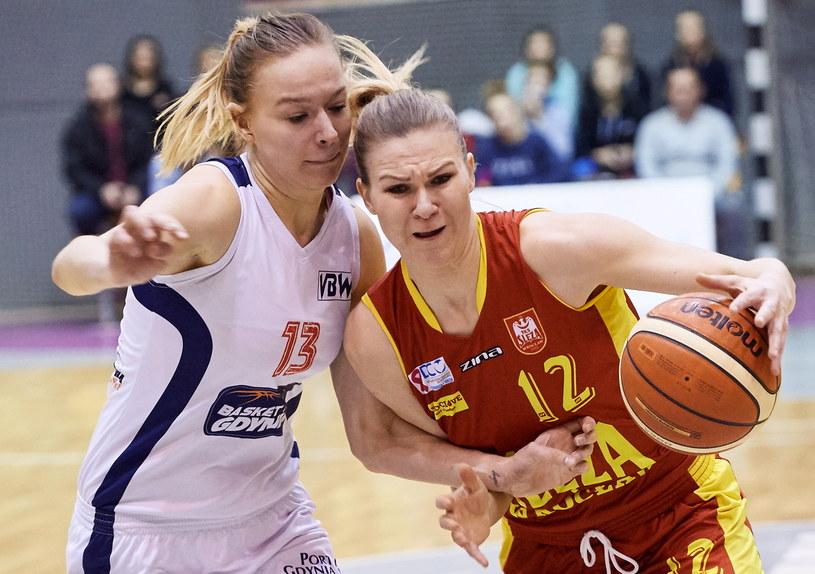 Koszykarka Basketu 90 Gdynia Dominika Miłoszewska (z lewej) i Agnieszka Kaczmarczyk z 1KS Ślęzy Wrocław /Adam Warżawa /PAP