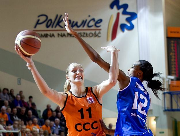 Koszykarka CCC Gintare Petronyte (L) blokowana przez Dewannę Bonner fot: Maciej Kulczyński /PAP