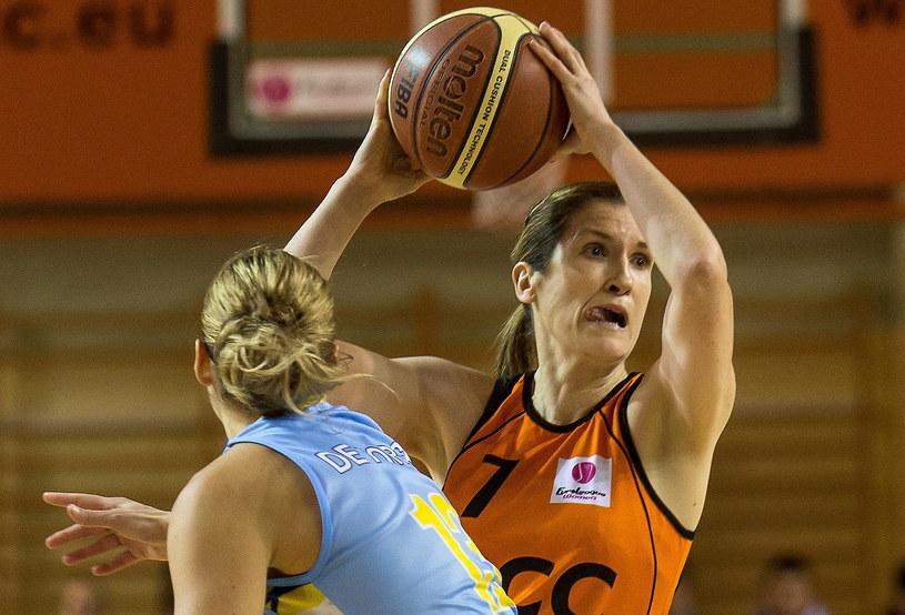 Koszykarka CCC Polkowice Belinda Snell (z prawej) blokowana przez Annę de Forge. /Maciej Kulczyński /PAP