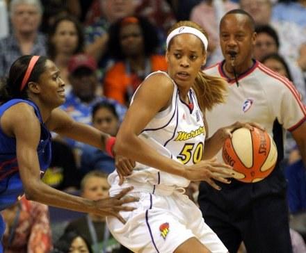 Koszykarki WNBA trafią na kort /AFP