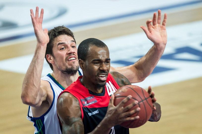 Koszykarz Anwilu Włocławek Josip Sobin (L) i Chavaughn Lewis (P) z Energi Czarni Słupsk /Tytus Żmijewski /PAP