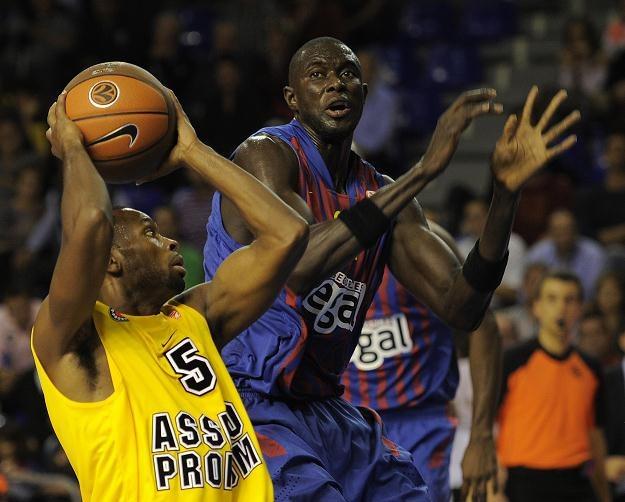 Koszykarz Asseco Prokomu Oliver Lafayette (z piłką) /AFP