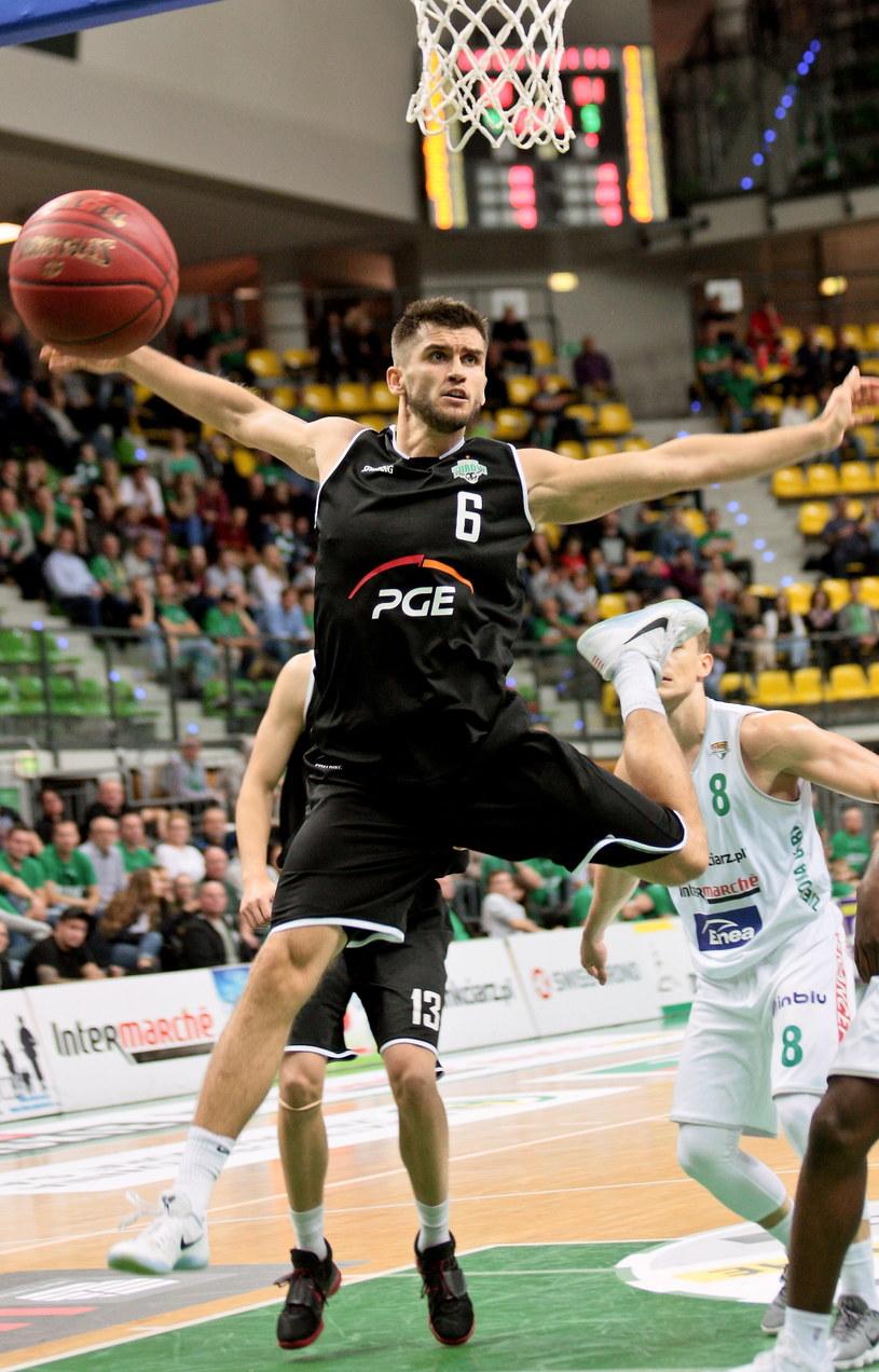 Koszykarz PGE Turowa Zgorzelec Jacek Jarecki (C) podczas meczu Ekstraklasy ze Stelmetem BC Zielona Góra /Lech Muszyński /PAP