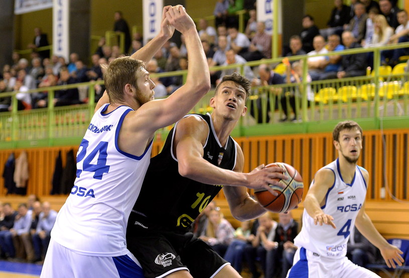 Koszykarz Rosy Radom Michał Sokołowski (L) i Hans Vanwijn (C) z Telenetu Giants Antwerp /Piotr Polak /PAP