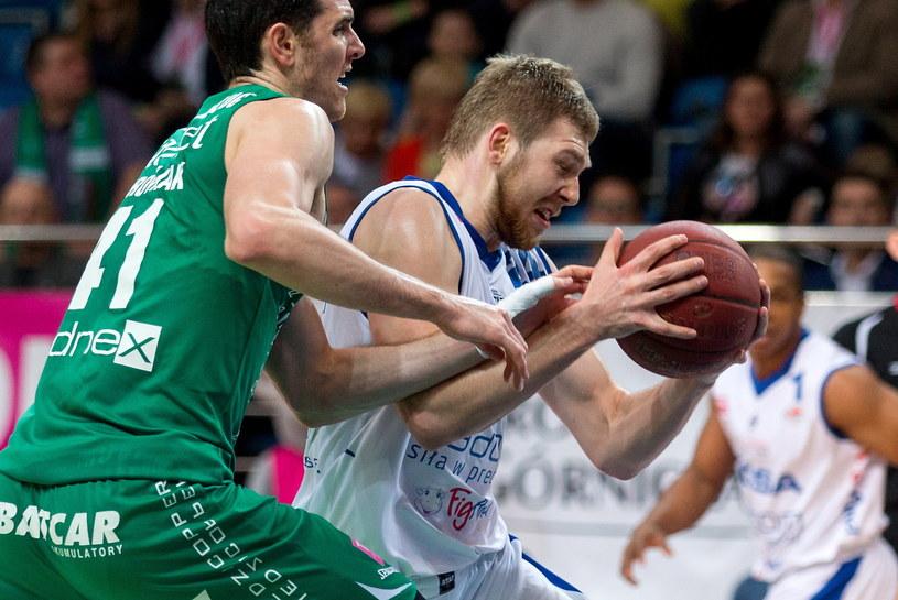 Koszykarz Rosy Radom Michał Sokołowski (z prawej) mija Dejana Borovnjaka /Andrzej Grygiel /PAP