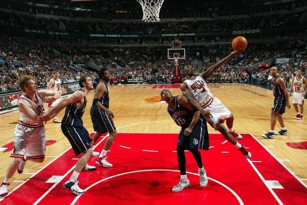 Koszykarze Chicago Bulls pokonali New Jersey Nets i nadal liczą się w walce o play off /AFP