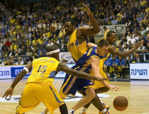 Koszykarze Maccabi (żółte stroje) prowadzą w grupie A /AFP