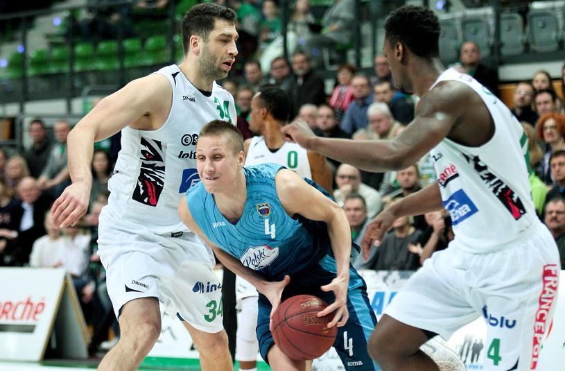 Koszykarze Stelmetu BC Zielona Góra Adam Hrycaniuk (L) i Armani Moore (P) /Lech Muszyński /PAP