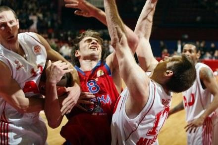 Koszykasz CSKA Matjaz Smodis (w środku)  walczy o piłkę z  Masonem Roccą. /AFP