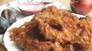 Kotlety schabowe w sosie z cebulą i śliwkami