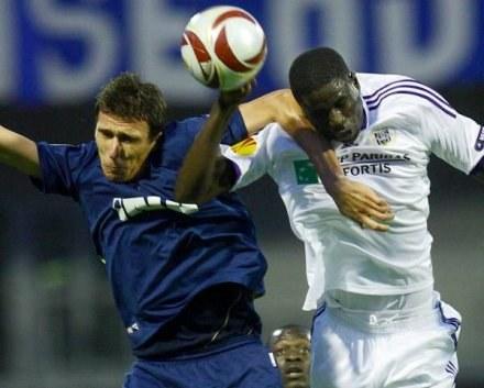 Kouyate (z prawej) złamał nos w meczu z Gent /AFP