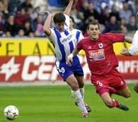 Kovacevic walczy o piłkę z Tellezem. Alaves-Sociedad 2:2