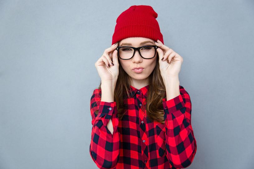 Kraciasta koszula jest obecnie uważana za ponadczasowy element w świecie mody /123RF/PICSEL