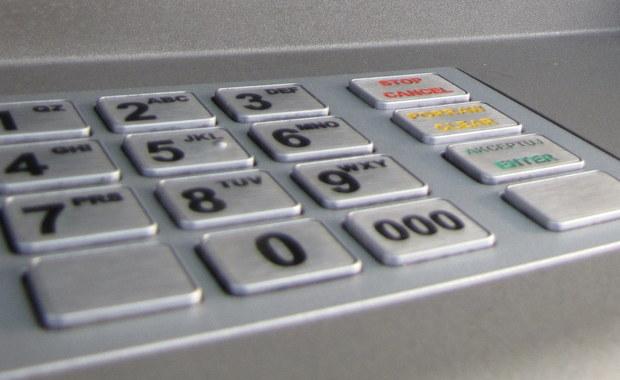 Kradzież bankomatu w Żabiej Woli. Nieopodal znaleziono płonący samochód z częściami urządzenia