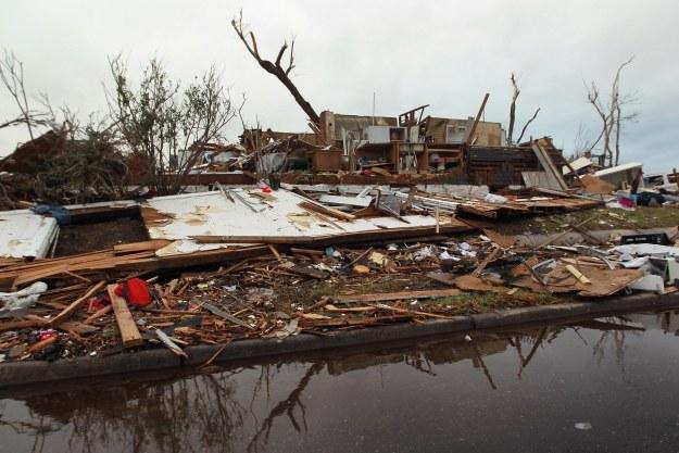 Krajobraz po przejściu tornada /AFP