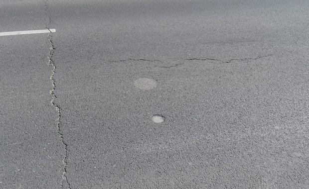 """Kraków: """"Skocznie"""" na ulicy. Pęczniejące skały niebezpieczne dla kierowców"""