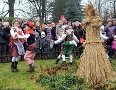Kraków: Tradycyjne osadzanie chochoła przed Rydlówką