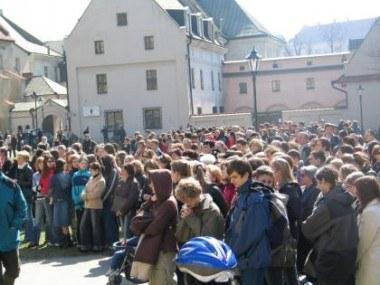 Krakowianie gromadzą się przy ulicy Franciszkańskiej /RMF