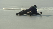 Krakowscy strażacy szkolili z bezpiecznego zachowania na lodzie