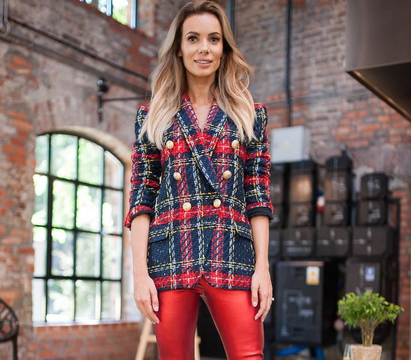 Krata stała się w tym sezonie jednym z najmodniejszych wzorów - Izabela Janachowska wie, jak ją nosić /East News