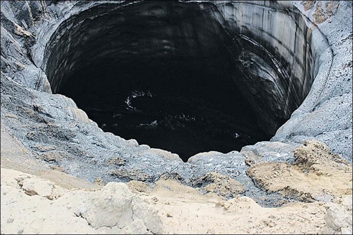 Krater niedaleko wioski Antipajuta ma aż 15 m średnicy /materiały prasowe
