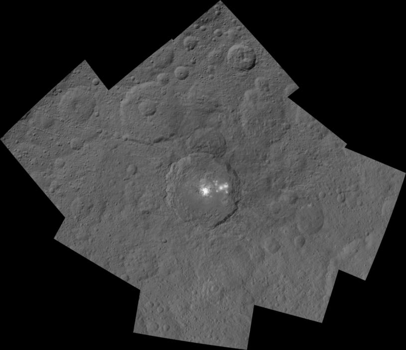 Krater Occator na Ceres widziany przez sondę Dawn z odległości 1470 km. Mozaika dwóch zdjęć o krótkim i długim czasie ekspozycji / Foto: NASA/JPL-Caltech/UCLA/MPS/DLR/IDA /NASA