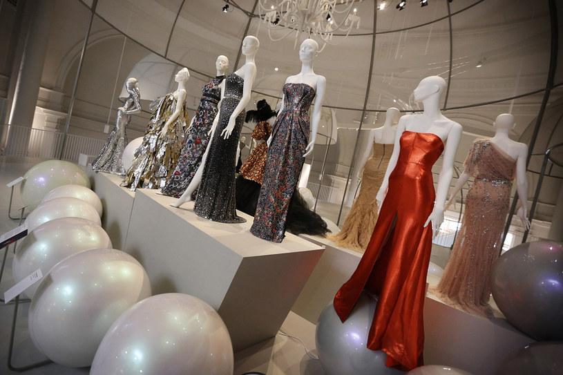 Kreacje największych domów mody na świecie zgromadzono pod jednym dachem /Getty Images
