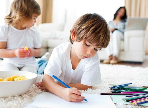 Kredki i blok rysunkowy warto kupić już rocznemu maluchowi /© Panthermedia