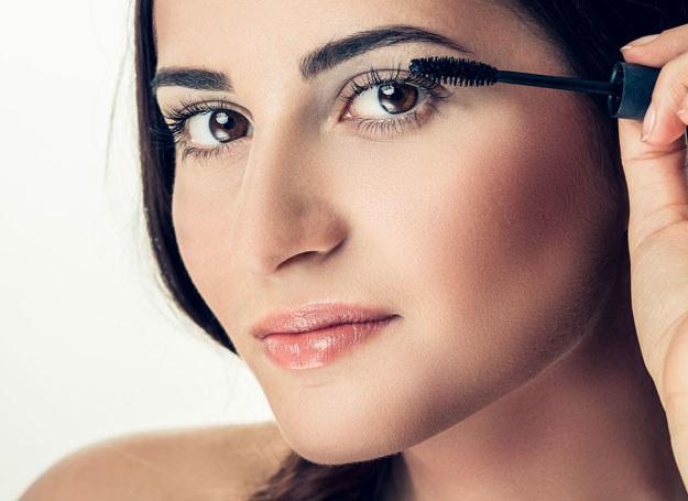 Krem, puder, cień i tusz - to podstawa makijażu oka /©123RF/PICSEL