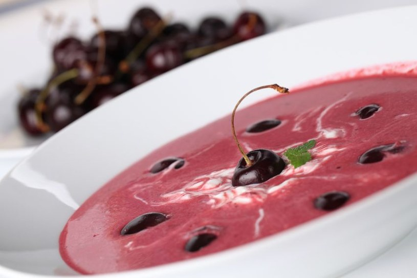 Kremowa zupa wiśniowa z makaronem jest w Polsce bardzo popularna /©123RF/PICSEL
