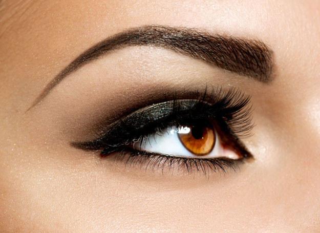 Kreska pociągnięta eyelinerem potrafi zdziałać cuda /123RF/PICSEL