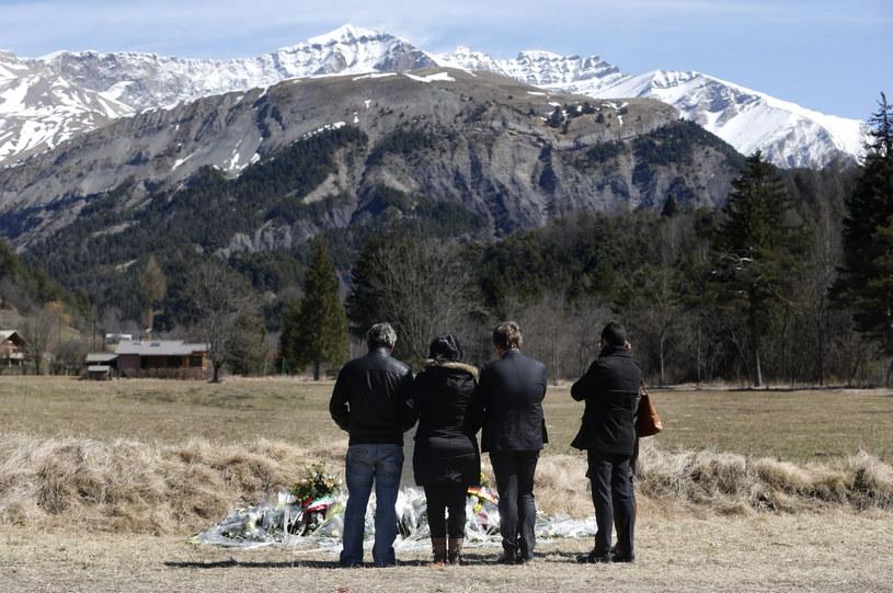 Krewni ofiar w pobliżu miejsca katastrofy /PAP/EPA