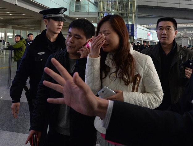 Krewni pasażerów po otrzymaniu wiadomości o zaginięciu samolotu /AFP