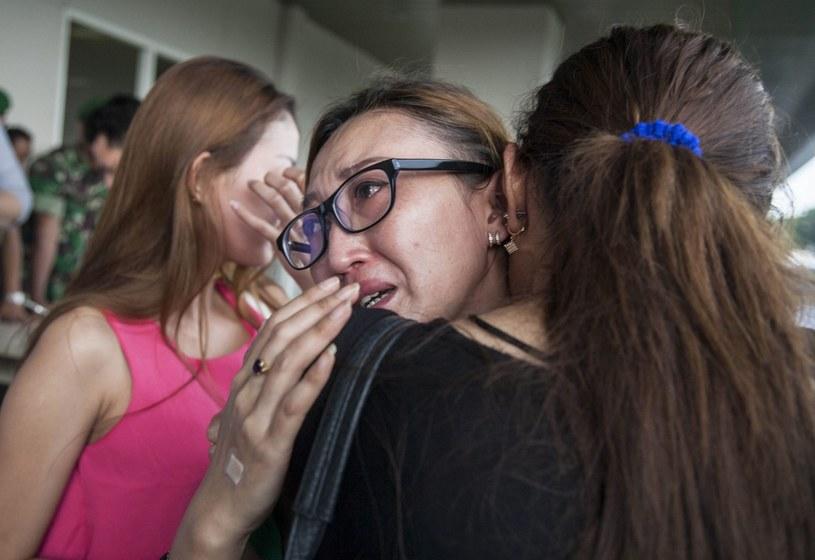 Krewni pasażerów zaginionego samolotu AirAsia czekają na lotnisku /PAP/EPA