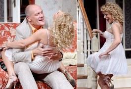 """Króciutka jedwabna haleczka, wyeksponowany biust, odsłonięte nogi... Aneta Zając, czyli Marysia Radosz z """"Pierwszej miłości"""", nawet na parkiecie """"Tańca z gwiazdami"""" nie odważyła się pokazać tak dużo ciała, ile pokazuje na scenie Teatru Capitol w zwariowanej komedii """"Kiedy kota nie ma"""""""
