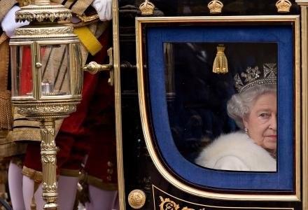 Królowa Elżbieta II nie ma zamiaru okazywać łaski piratom /AFP