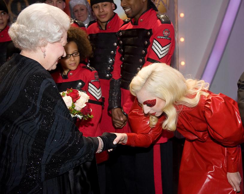 Królowa Elzbieta II z Lady Gagą (rok 2009) /Getty Images