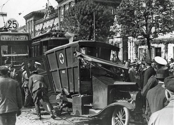 1931 r. Wypadek przy ul. Krakowskie Przedmieście w Warszawie. Zniszczony wojskowy ciężarowy samochód sanitarny po zderzeniu z tramwajem. Widoczny tramwaj typu F linii 25 i z prawej tramwaj typu A.