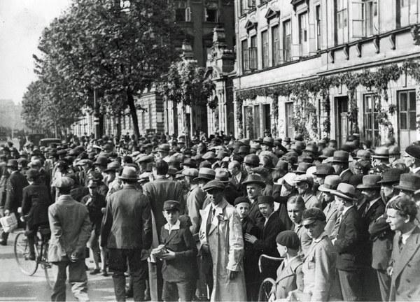 1931 r. Tłum gapiów przed Uniwersystetem Warszawskim obserwujący wypadek przy ul. Krakowskie Przedmieście.
