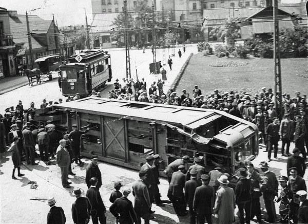 1929 r. Katastrofa tramwajowa na pl. Reymonta w Łodzi. Przewrócony tramwaj Lilpop II nr boczny 1 otoczony tłumem gapiów. Na dalszym planie stoi tramwaj Herbrand GE58 linii 9.