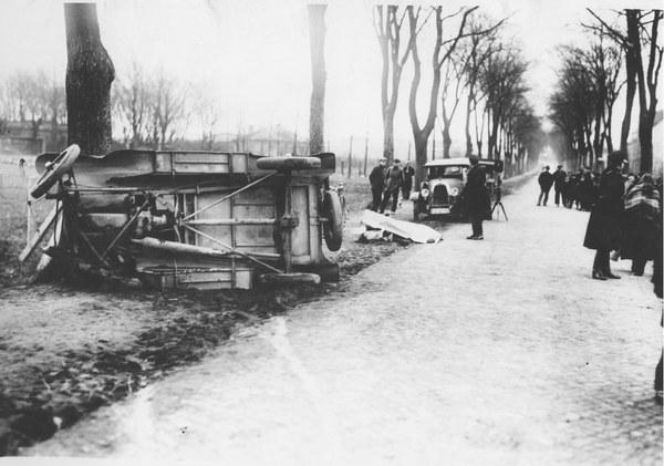 1936 r. Wypadek samochodowy na trasie Poznań-Żegrze.