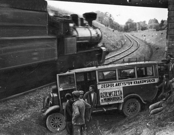1933 r. Wypadek drogowy autobusu przewożącego aktorów Teatru Ziemi Krakowskiej (teatru objazdowego Tadeusza Pilarskiego) pod Samborem. Rozbity autobus teatralny w pobliżu przejeżdżającego pociągu pospiesznego, prowadzonego przez parowóz Tr 12.