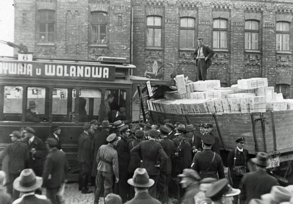 Warszawa, 1935 r. Zderzenie tramwaju z samochodem ciężarowym na skrzyżowaniu ulic 11 listopada i Kowieńskiej. Widoczny fragment zniszczonego wagonu tramwajowego typu A, ciężarówka oraz tłum gapiów.
