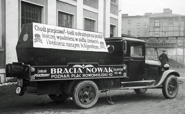 """Poznań, 1931 r. Akcja """"Tydzień nauki chodzenia"""". Samochód z napisem reklamowym ostrzegającym przed tragicznymi skutkami nieprawidłowego przechodzenia przez ulicę."""