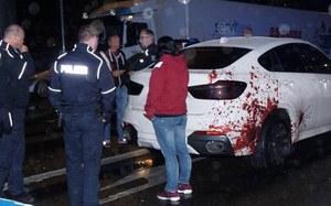 Krwawe ślady na karoserii BMW. Policja w kropce