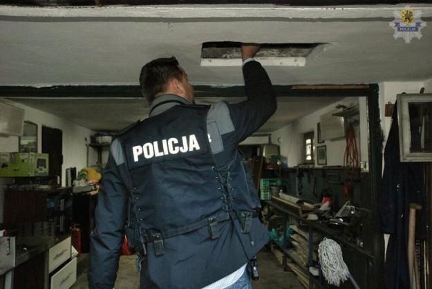 Kryjówka złodzieja samochodów /Policja