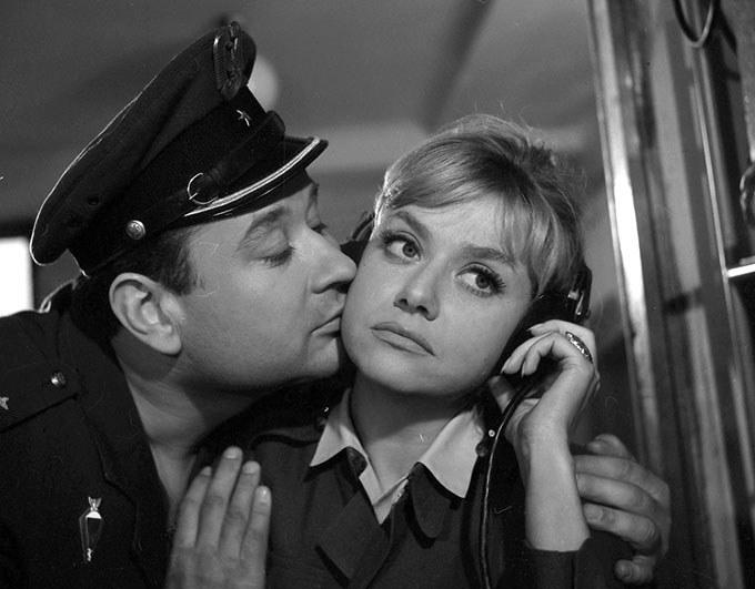 """Krystyna Sienkiewicz i Mieczysław Czechowicz w filmie """"Paryż - Warszawa bez wizy"""" (1967) /materiały prasowe"""