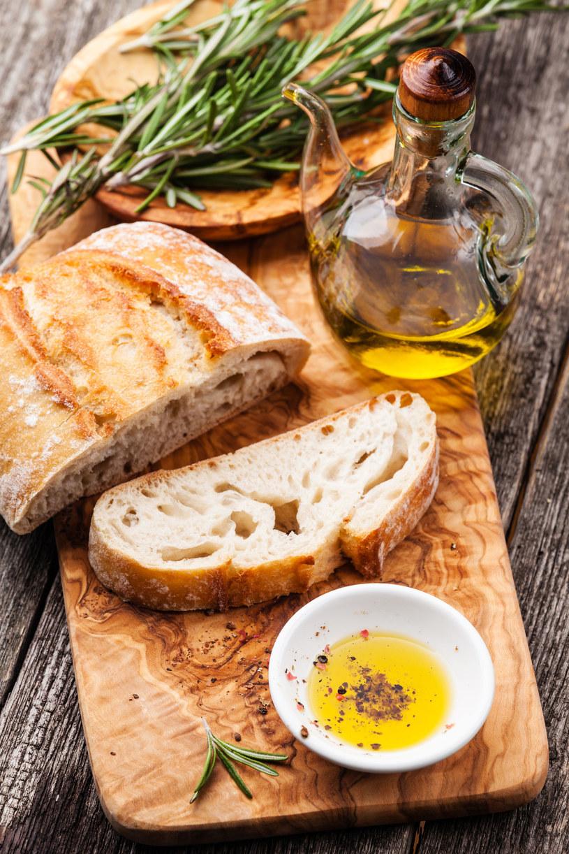Kryształowe lub szklane jasne butelki są dobre do serwowania oliwy. Jednak przechowywać trzeba ją w ciemnych – brązowych lub zielonych. /©123RF/PICSEL