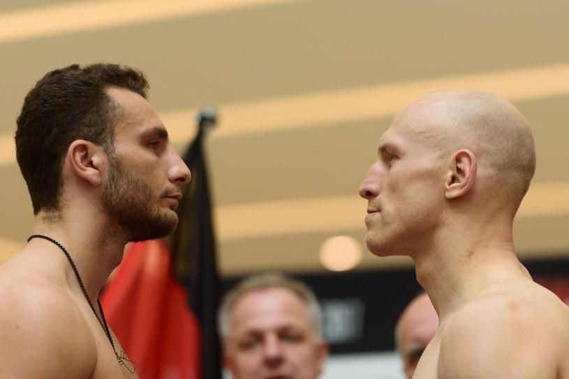 """Krzysztof """"Diablo"""" Włodarczyk (z prawej) i Noel Gevor podczas oficjalnej ceremonii ważenia przed galą Poznań Boxing Night /Jakub Kaczmarczyk /PAP"""