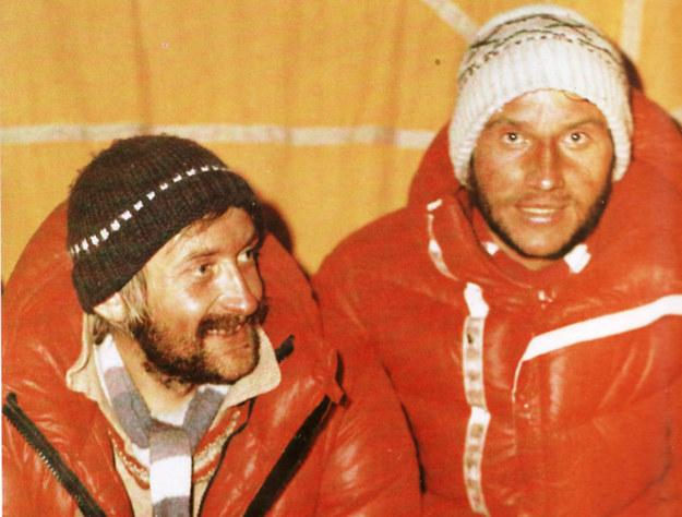 Krzysztof Wielicki i Leszek Cichy celebrują wejście na Mount Everest fot. Bogdan Jankowski /Wikimedia